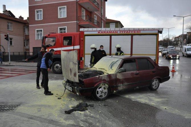 Karaman'da seyir halindeki otomobil alev aldı