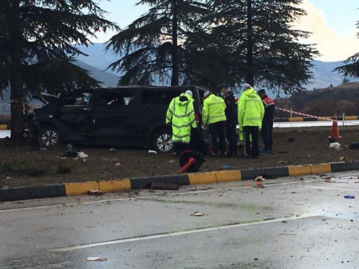 Minibüsle hafif ticari araç çarpıştı: 3 ölü, 8 yaralı