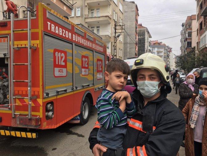 Yangında itfaiye ekipleri 3 çocuk ve 2 kadını son anda kurtardı