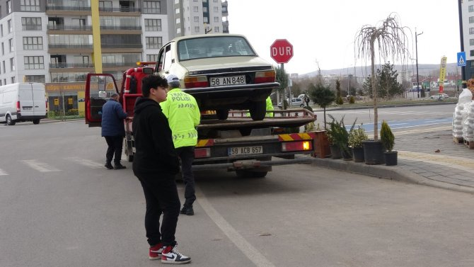 14 yaşındaki ehliyetsiz sürücü polis ekiplerine yakalandı