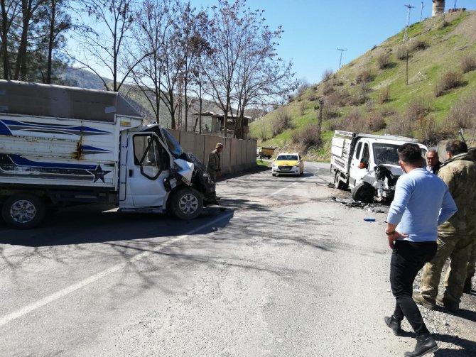 2 kamyonet kafa kafaya çarpıştı
