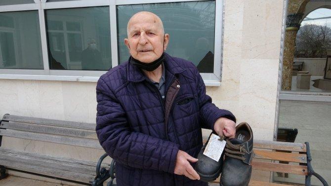 """Camide ayakkabıları çalınan adamdan hırsıza """"ayakkabılı"""" mesaj"""