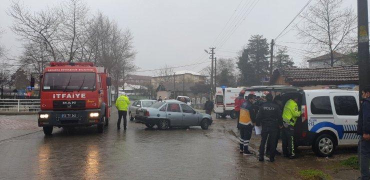 Çarpışan otomobillerin sürücüleri yaralandı