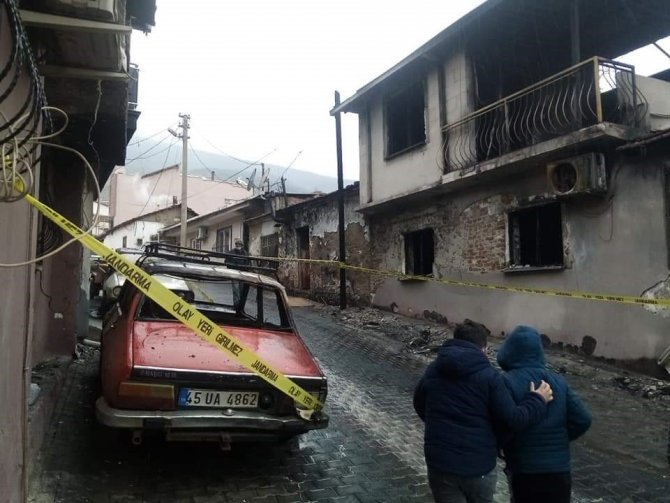 Çıkan yangında 5 ev hasar gördü