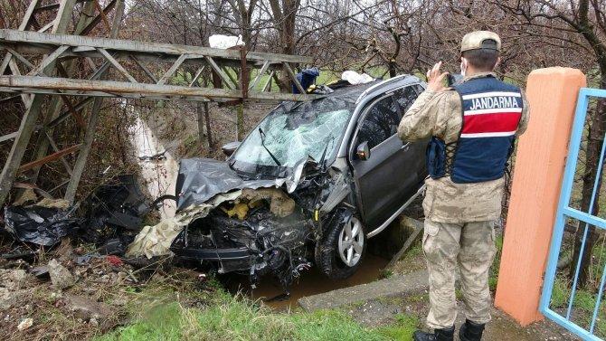 Elektrik direğine çarpan cipin sürücüsü ölümden döndü