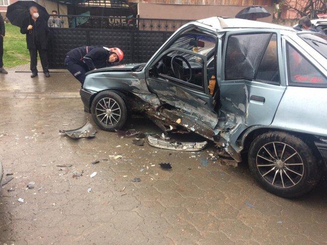 İki otomobil çarpıştı, araçta sıkışan sürücü itfaiye tarafından kurtarıldı