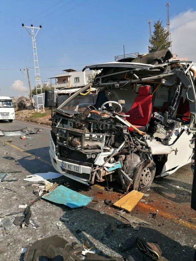 Otobüs ile minibüs çarpıştı: 4 yaralı
