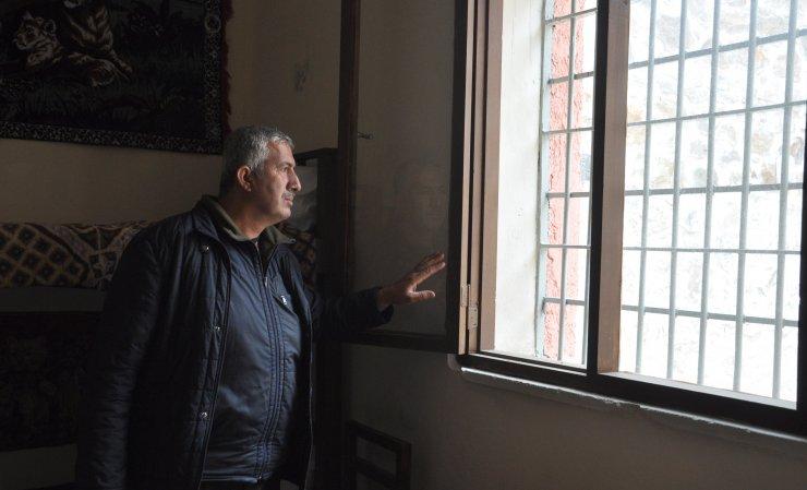 41 yıl görev yaptığı cezaevini kütüphane olarak görünce mutluluk yaşadı