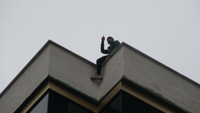 Çatıdaki intiharı video konferans ile ailesine anbean izletti