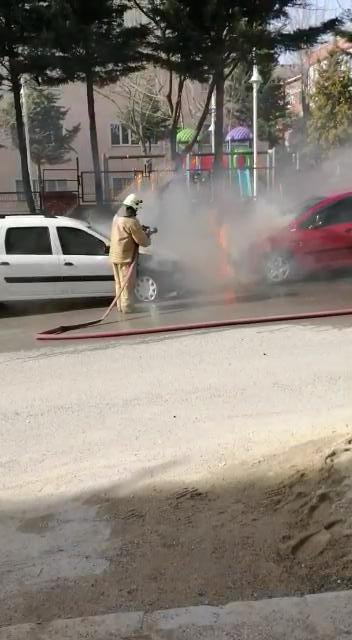 İki otomobil yanarak kullanılmaz hale geldi