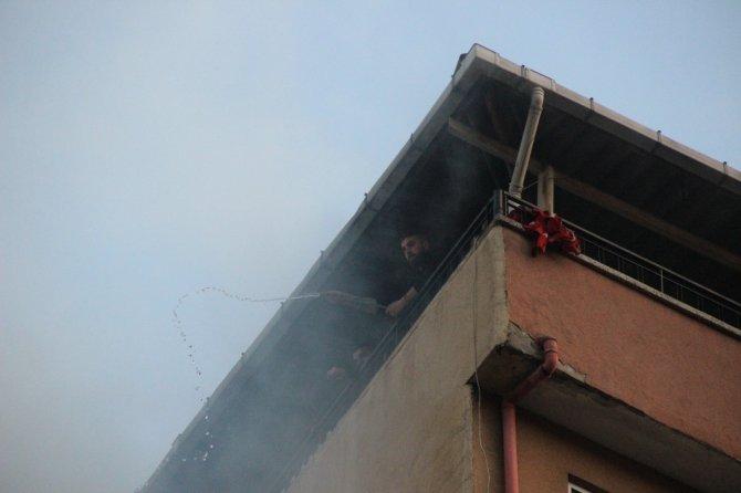 Mangal yapmak için yaktıkları ateş, binayı küle çeviriyordu