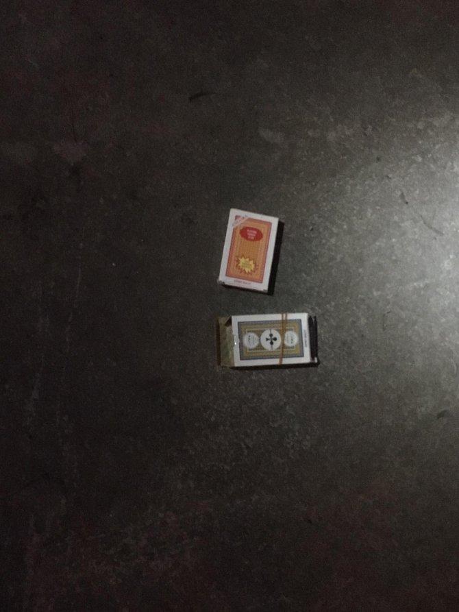 Polisin kumar baskınında oyun kağıtlarını camdan attılar
