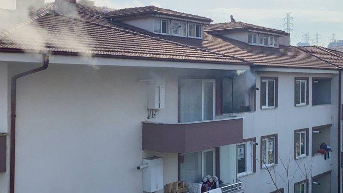 3 katlı binanın en üst katında yangın çıktı, dışarı çıkamayan aile çatıdan kurtarıldı