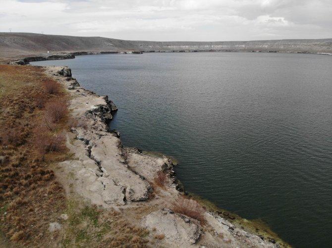 Acıgöl'de su seviyesi düşüyor çatlaklar oluşuyor