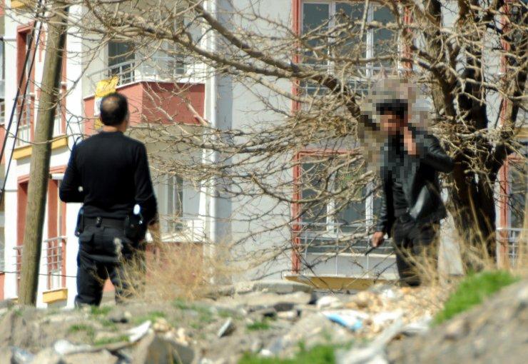 Eşini darbedip, boğazına bıçak dayayan genci polis ikna etti