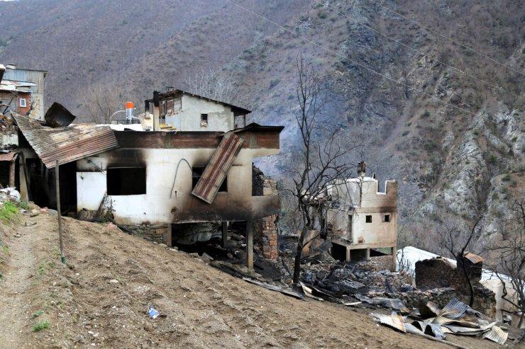 Evi yanan kadın vali yardımcısına sarılıp, gözyaşı döktü