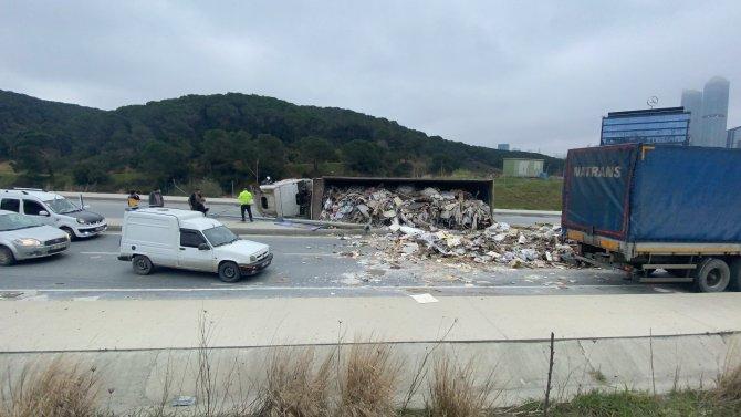 Hafriyat yüklü kamyon devrildi, molozlar yola saçıldı
