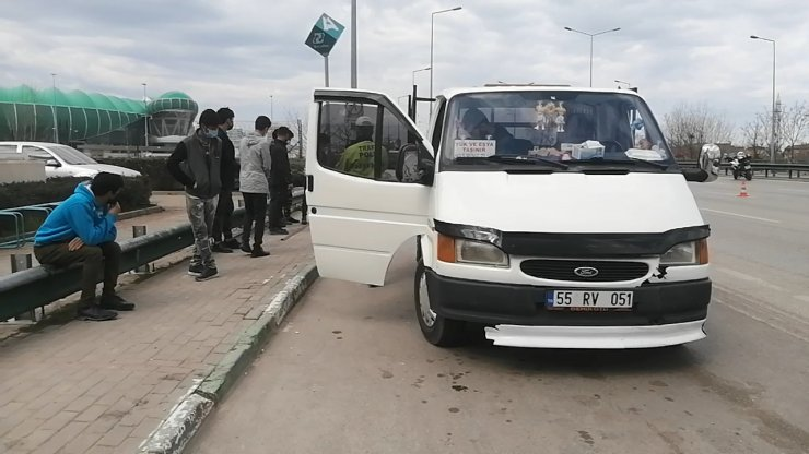 Kamyonet kasasında 8 kaçak göçmen yakalandı