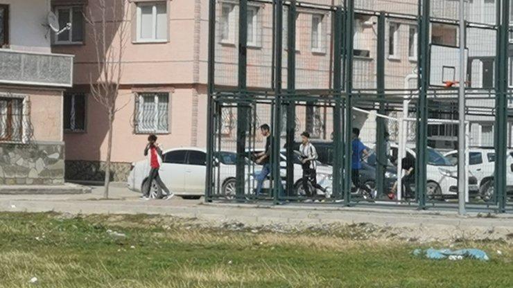 Kısıtlamada parkta oynayan gençlerin polisten kaçma anı kamerada