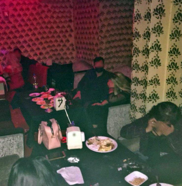 Konya'da eğlence mekanındaki kişiler kanepe ve dolaba saklanırken yakalandı!