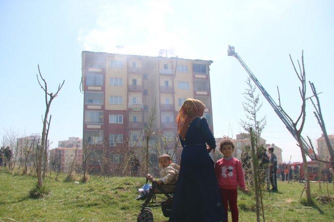 Korkutan yangın: Gökyüzü siyaha büründü, komşularını kapılarını çalarak kurtardı