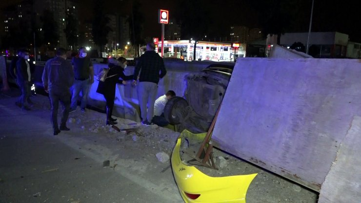 Otomobilin çarptığı taksi betonla toprak arasında asılı kaldı