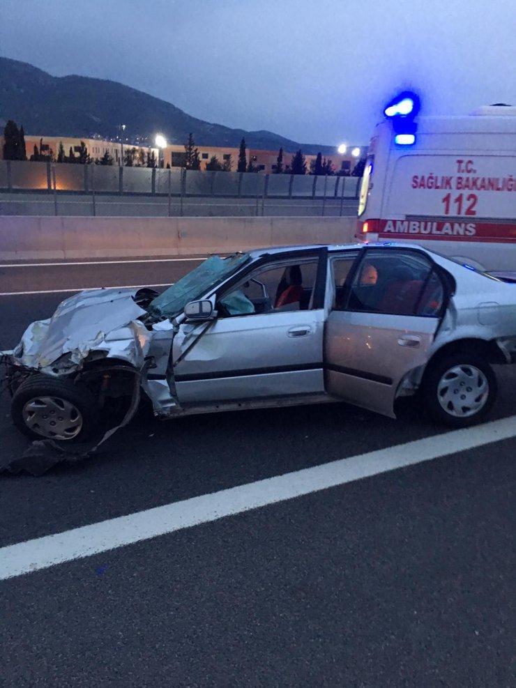 Beton bariyere çarpan otomobildeki 1 kişi öldü, 1 kişi yaralandı