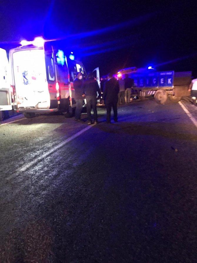 Minibüs traktörle çarpıştı: 1'i ağır 4 yaralı