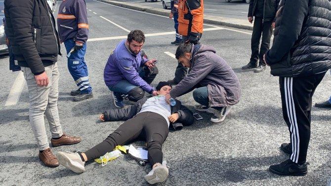 Feci kaza: Motosikletli kadın kurye takla attı