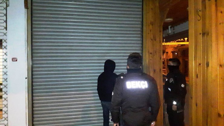 Polisten kaçmaya çalışan şüphelinin üzerinden uyuşturucu çıktı