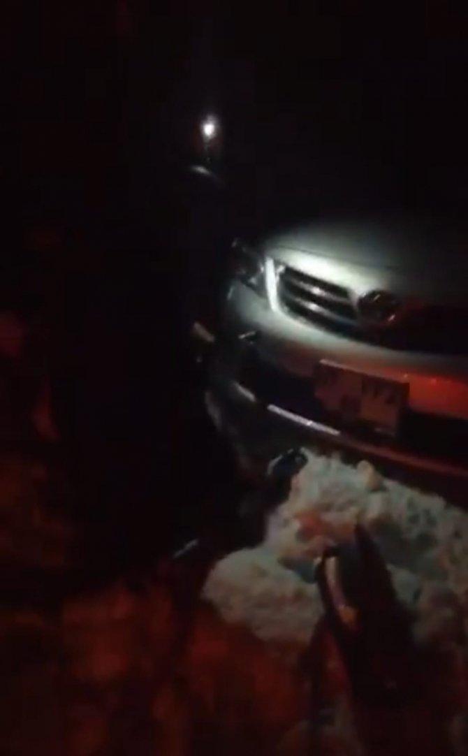 Antalya-Konya yolunda karda şarampole yuvarlanan aracı vatandaşlar kurtardı