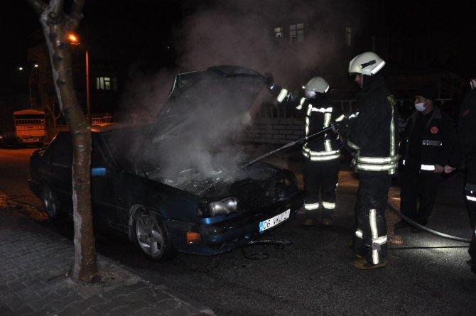 Karaman'da park halindeki otomobil alev alev yandı