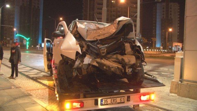 Otomobil üst geçidin ayağına çarptı: 1 yaralı