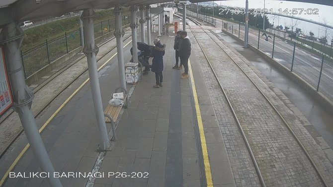 Tramvay durağında can pazarı: Kalp krizi geçiren gence özel güvenlikten kritik müdahale
