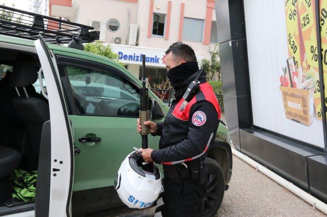 Uzun namlulu silahla film çekmek isteyen gençler onlarca polisi peşine taktı