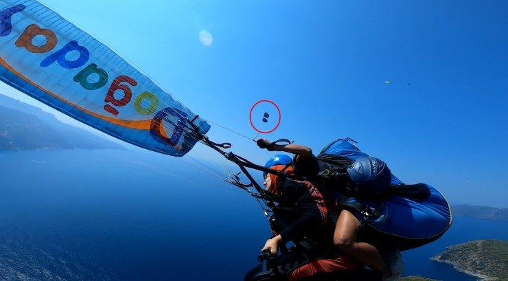 Yamaç paraşütünde uçan gözlüğü, kucağına düştü; o anlar kamerada
