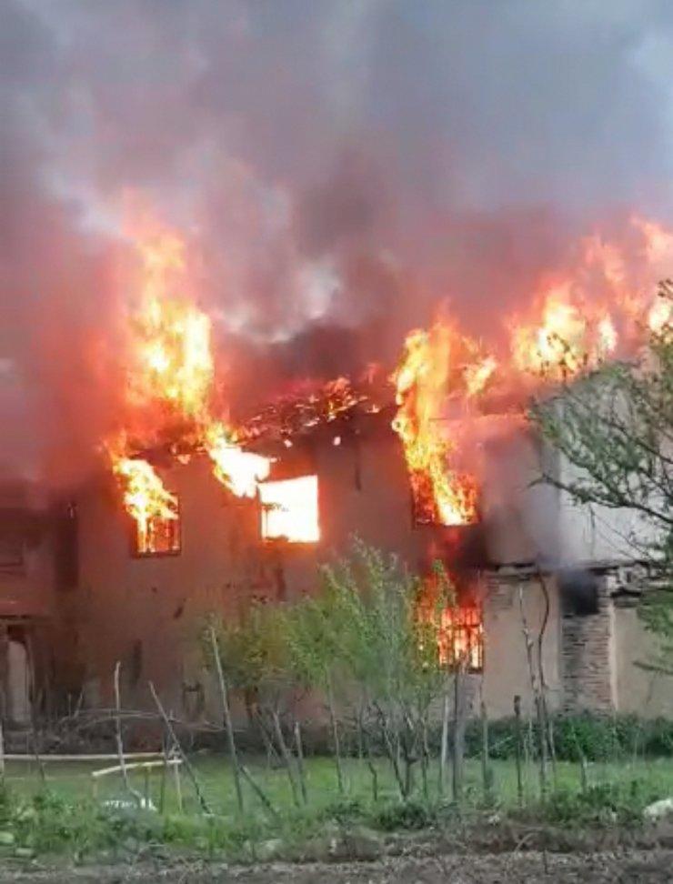 İki katlı metruk binada yangın
