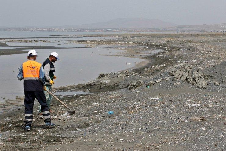 Van Gölü sahilinde 10 ton çöp toplandı