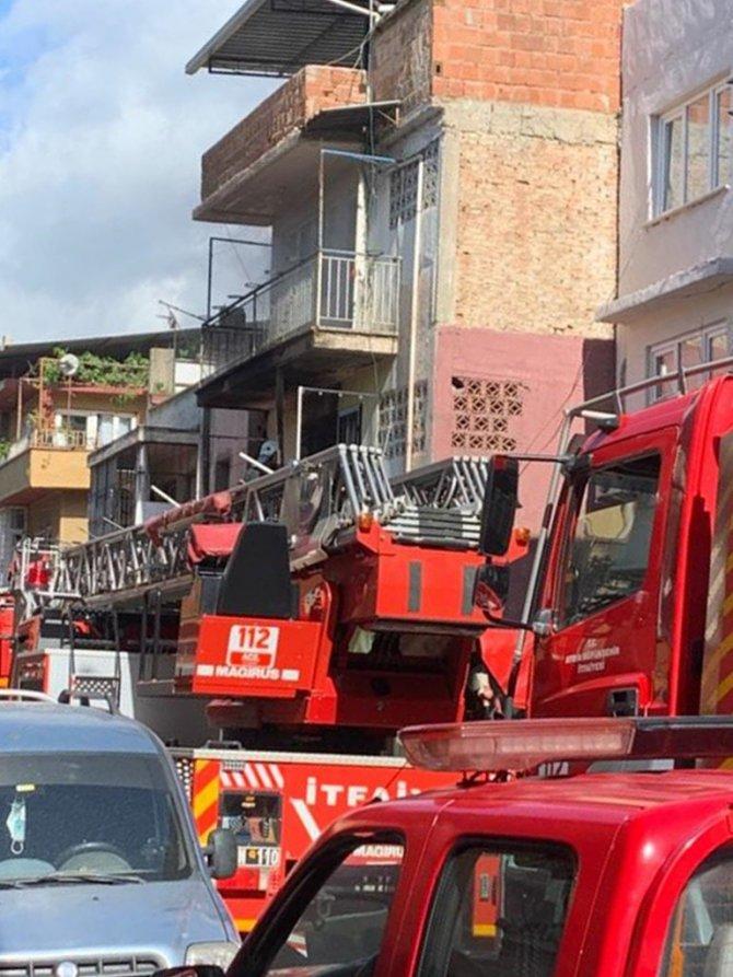 Boş evde yangın çıktı, üst kattakiler dumandan etkilendi