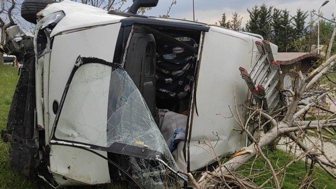 Kontrolden çıkan otomobil parka uçtu: 4 yaralı