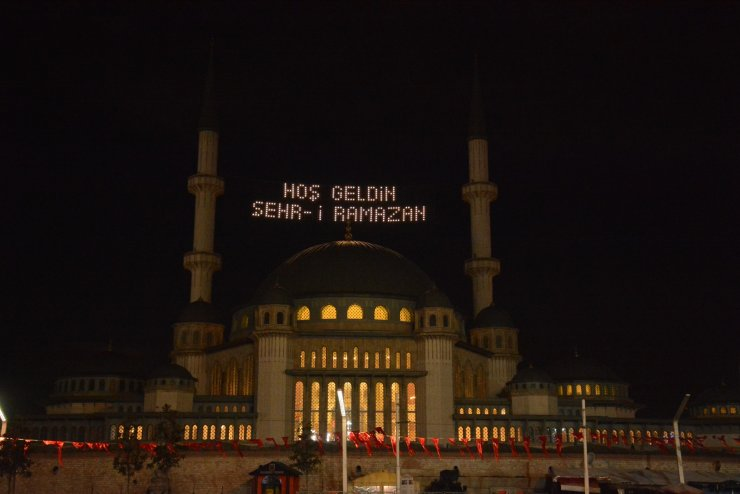Taksim'de yapımı devam eden camiye Ramazan mahyası yakıldı