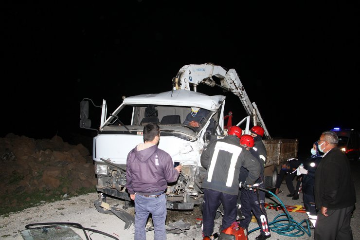 TIR'a çarpan kamyonet sürücüsü ağır yaralandı
