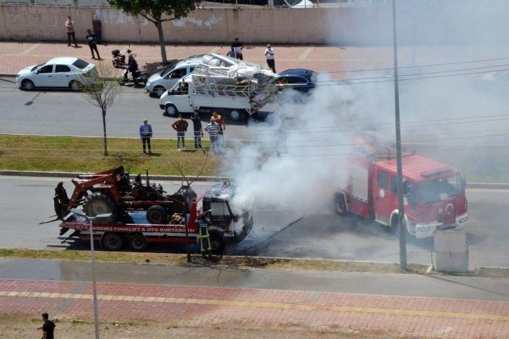 Üzerinde traktör bulunan çekici, alev alev yandı