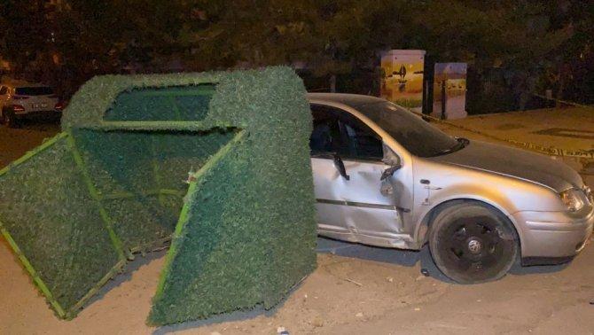 Otomobil önce elektrik panosuna sonra çöp konteynerine çarptı