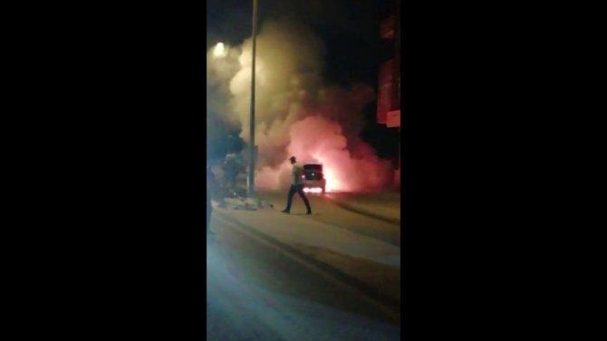 Vtandaşlar alev alev yanan lüks aracı film izler gibi izledi