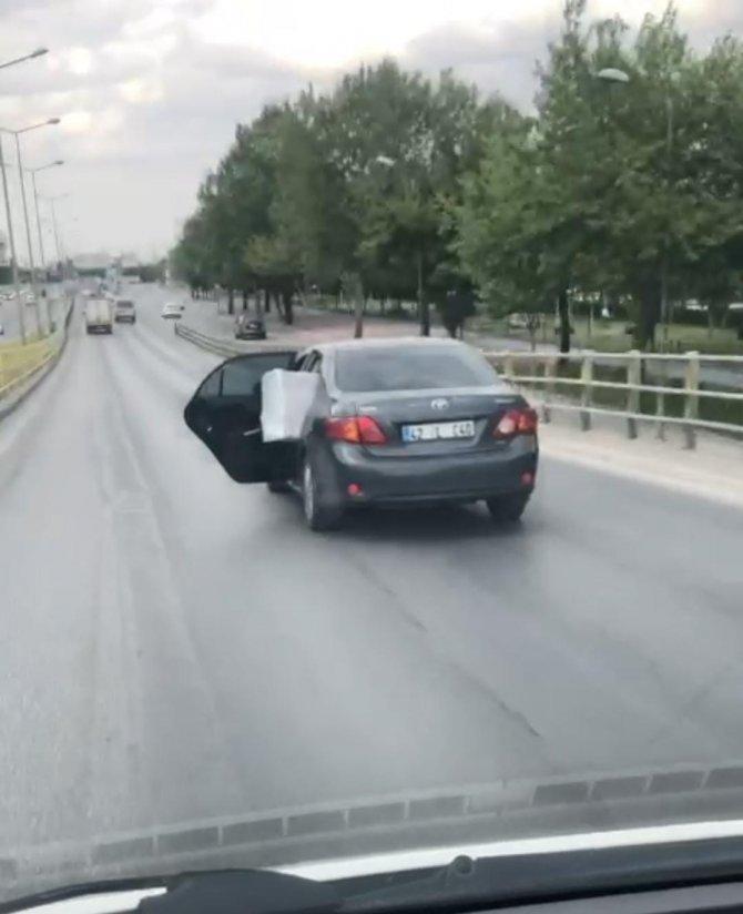 Aracını arka kapısı açık şekilde sürdü