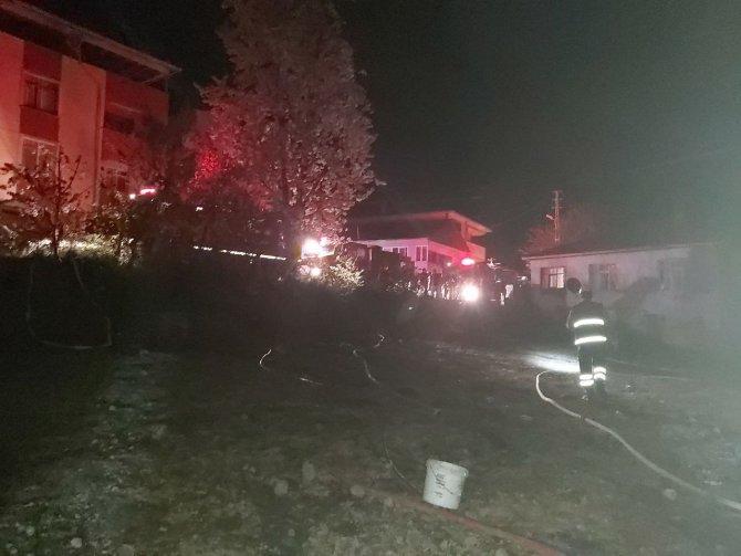 Yıldırım düşmesi sonucu 6 ev yandı, 3 kişi de yaralandı