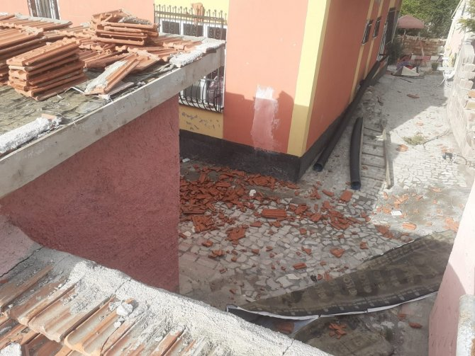 Konya'da şiddetli fırtına çatıdaki kiremitleri uçurdu