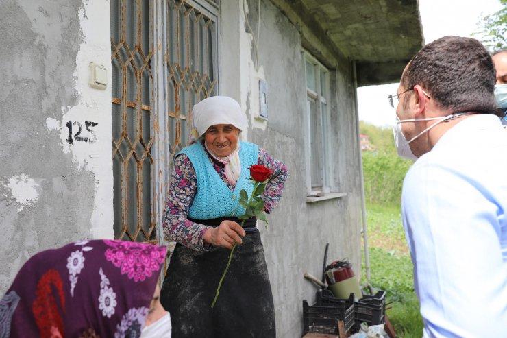 Tarladaki annelere kahve fincanı ve güllü jest