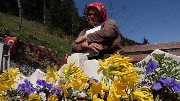 Anneler Günü çiçeklerini, şehit oğlu Eren Bülbül'ün kabrine bırakıp, dua etti